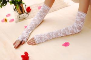 Гипюровые перчатки в нежном орнаменте